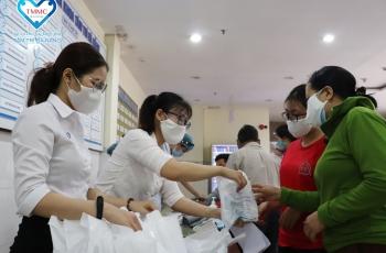 Tặng hàng nghìn khẩu trang, dung dịch sát khuẩn và phiếu khám cho người bệnh