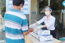 Tặng khẩu trang miễn phí cho người bệnh và thân nhân